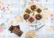 El cereal del chocolate se apelmaza en una placa con los pedazos de chocolate Imagen de archivo libre de regalías