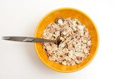 El cereal forma escamas en un cuenco imagen de archivo libre de regalías