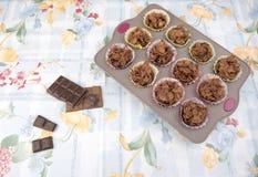 El cereal hecho en casa del chocolate se apelmaza en una bandeja de la hornada Imagen de archivo libre de regalías
