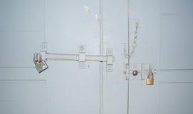 El CERROJO de la cerradura en la puerta de la puerta y de la puerta Imagen de archivo libre de regalías
