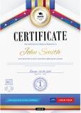 El certificado blanco oficial con las cintas violetas rojas y la educación diseñan los elementos, casquillo del graduatioin, taza Imagen de archivo libre de regalías