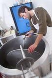 El cervecero limpia el sistema foto de archivo