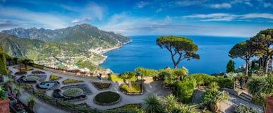 El chalet de visita turístico de excursión Rufolo y él es jardines en el ajuste de la cima de la montaña de Ravello en la costa c fotos de archivo libres de regalías