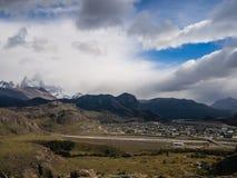 El Chalten z górą Fitz Roy przy plecy, Patagonia w Argentyna zdjęcie stock