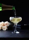 El champán de colada en vidrios que se colocan en la barra presenta y restaurante Foto de archivo libre de regalías