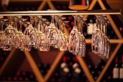 El champán de los vidrios cuelga sobre el contador de la barra en la barra Fotografía de archivo
