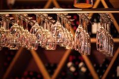 El champán de los vidrios cuelga sobre el contador de la barra en la barra Fotos de archivo