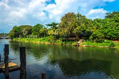 El chanthaburi Tailandia del río con el cielo azul Imágenes de archivo libres de regalías