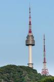 El chapitel de la torre de N Seul, o torre de Namsan en Seul, Corea del Sur Imagen de archivo libre de regalías