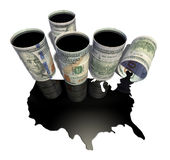 El charco del aceite bajo la forma de mapa de los Estados Unidos de América emergió del barril Fotos de archivo libres de regalías