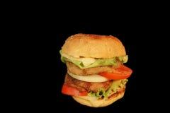El cheeseburger doble, se ennegrece aislado Imagenes de archivo