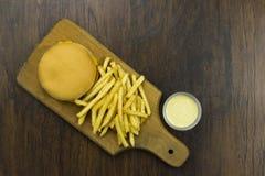 El cheeseburger fríe fondo de madera no sano de la comida de la carne del queso de los alimentos de preparación rápida de la comi Foto de archivo