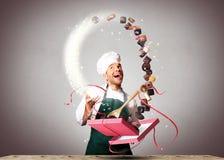 El chef de repostería empaqueta los chocolates Fotos de archivo libres de regalías