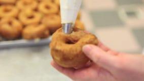El chef de repostería en el trabajo prepara y rellena los dulces en confitería almacen de video