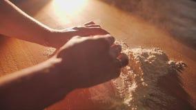 El chef de repostería esculpe los pasteles de la pasta primer de las manos del confitero metrajes