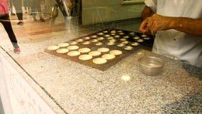 El chef de repostería prepara al pasteis famoso de nata, un postre típico de Lisboa, Portugal almacen de metraje de vídeo