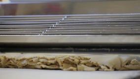 El chef de repostería prepara la pasta en pequeñas porciones almacen de video