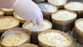 El chef de repostería prepara las tortas de pascua almacen de metraje de vídeo