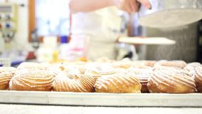 El chef de repostería prepara los dulces asperja con el azúcar de formación de hielo en confitería metrajes