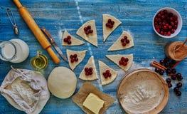 El chef de repostería prepara los dulces con las cerezas Imagenes de archivo