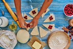 El chef de repostería prepara los dulces con las cerezas Fotografía de archivo libre de regalías