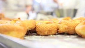 El chef de repostería prepara los dulces en confitería almacen de video