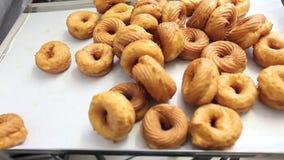 El chef de repostería prepara los dulces fritos en el intento en confitería metrajes
