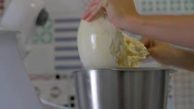 El chef de repostería vierte la crema en la máquina de la licuadora almacen de metraje de vídeo