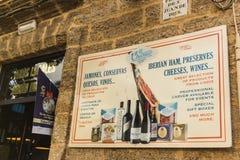 El Chicuco是一家普遍的餐馆在从卡迪士的广场de圣胡安de Dios服务的食物产物 免版税库存照片