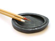 El chino aplica caligrafía con brocha foto de archivo