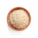 El chino blanqueó el arroz que se derramaba hacia fuera sobre un fondo blanco Fotos de archivo