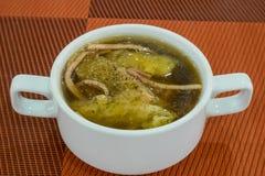 El chino delicioso coció el estómago de los pescados en sopa roja de la salsa Fotografía de archivo