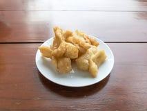 El chino frió los palillos de la pasta en desayuno famoso del plato blanco en Tailandia La gente tailandesa llamó ko de las pinza Foto de archivo
