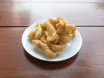 El chino frió los palillos de la pasta en desayuno famoso del plato blanco en Tailandia La gente tailandesa llamó ko de las pinza Imágenes de archivo libres de regalías