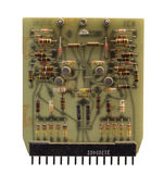 El chip de ordenador viejo de los transistores en el fondo blanco fotos de archivo libres de regalías