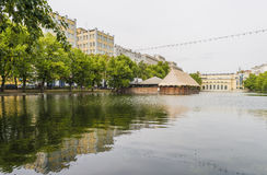 El Chistye famoso Prudy (charca clara) en Moscú en el día nublado del verano Foto de archivo