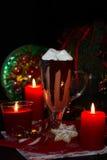 El chocolade caliente de la Navidad con la melcocha y las galletas hechas en casa adornó velas Imagenes de archivo