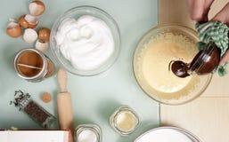 El chocolate caliente de mezcla del derretimiento con beatten blanco de la yema de huevo Imágenes de archivo libres de regalías