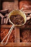 El chocolate caliente forma escamas en tamiz rústico viejo de la plata del estilo en de madera Imagenes de archivo