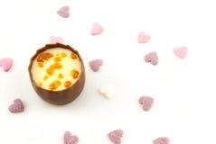 El chocolate con leche liso con un centro cremoso de la trufa del caramelo, adornado con caramelo crujiente junta las piezas Imagenes de archivo