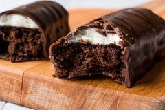 El chocolate cubrió la barra de la melcocha Imagen de archivo