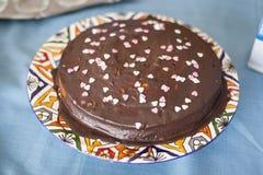 El chocolate cubrió la torta de cumpleaños del amor fotografía de archivo libre de regalías