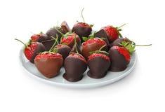 El chocolate cubrió las fresas en el fondo blanco Fotografía de archivo