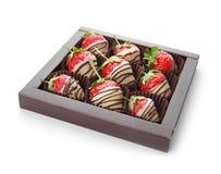 El chocolate cubrió las fresas en el fondo blanco Foto de archivo