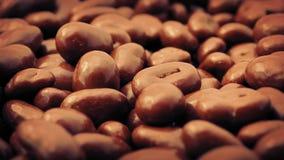 El chocolate cubrió las pasas que giraban metrajes