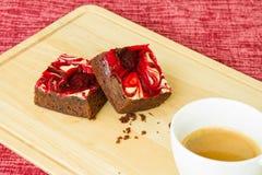 El chocolate cubrió los brownie de la fresa Imagen de archivo