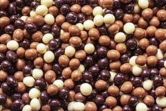El chocolate cubrió nueces en diversos colores fotografía de archivo libre de regalías