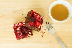 El chocolate cubrió los brownie de la fresa Imagenes de archivo