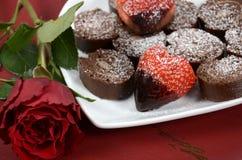 El chocolate del día de tarjetas del día de San Valentín sumergió las fresas en forma de corazón con el primer del rollo suizo de Imagen de archivo libre de regalías