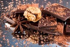 El chocolate junta las piezas con el polvo de cacao, virutas del chocolate, st del anís Fotografía de archivo